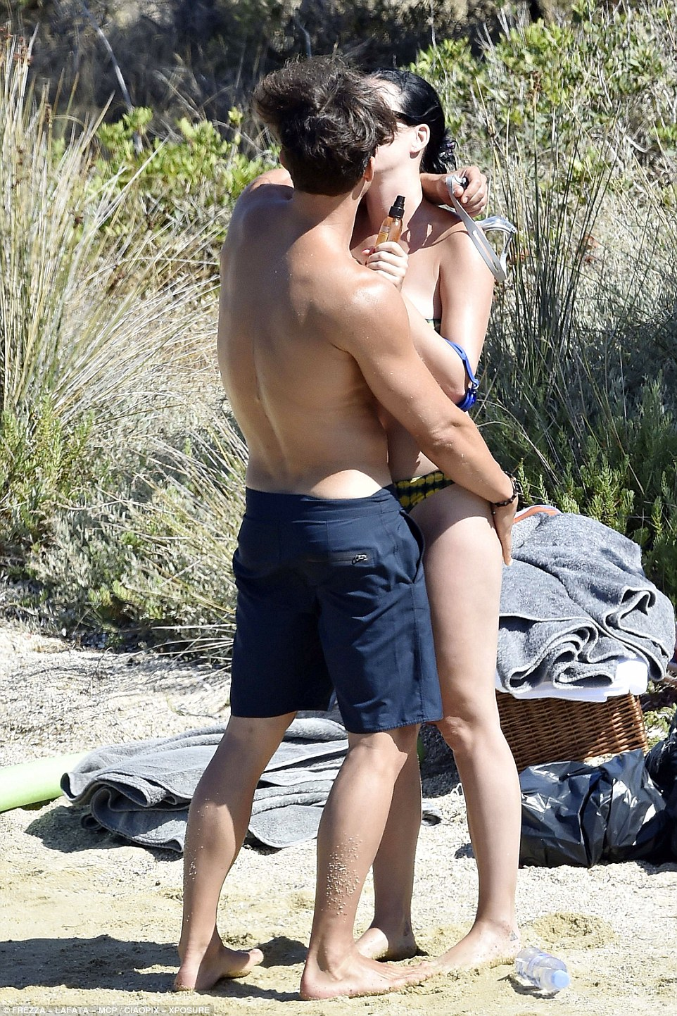 36DCCFFC00000578-3723973-Cheeky_The_actor_grabbed_Katy_s_pert_derriere_with_one_hand_as_h-a-299_1470335959604