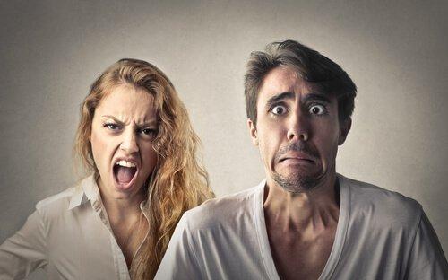Mujer-gritando-a-un-hombre
